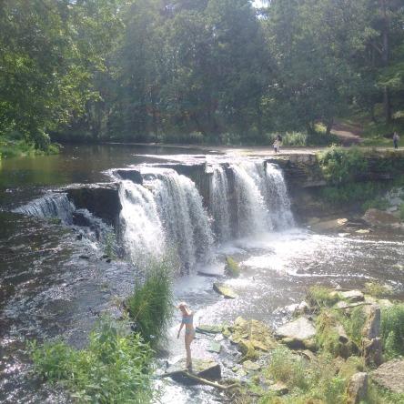 Mit etwas Glück perfektioniert sich das malerische Bild des Wasserfalls durch eine Badende im kühlen Naß.